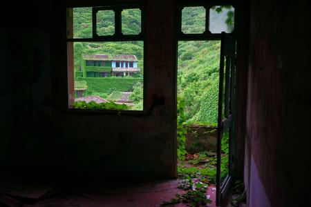 fischerei: Der R�ckgang der Fischereiressourcen haben China Zhejiang Shengsi Shengshan Insel Fischer verlegt und wurde kein Dorf, verlassene H�user mit gr�nen Pflanzen bedeckt