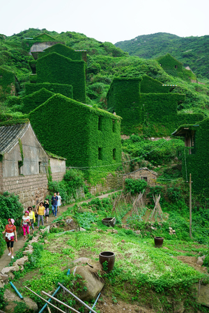 relocated: The decline of fisheries resources, China Zhejiang Shengsi Shengshan Island fishermen have relocated, becoming no village, abandoned houses covered with green plants Editorial