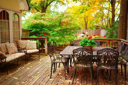 mit nach Hause und gelbe Herbst Ahornblätter