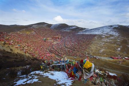 Académie bouddhiste tibétaine dans le jour de la neige, Sichuan, Chine Banque d'images - 74302770