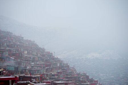 Académie bouddhiste tibétaine dans le jour de la neige, Sichuan, Chine Banque d'images - 74302805