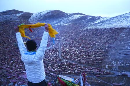 Un homme voyage à l'Académie bouddhiste tibétaine aux jours de neige, Sichuan, Chine Banque d'images - 76744093