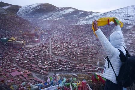 Un homme voyage à l'Académie bouddhiste tibétaine aux jours de neige, Sichuan, Chine Banque d'images - 76744094