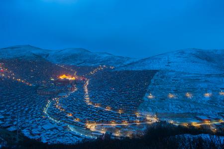 Nuit de l'Académie bouddhiste du Sichuan, scène de neige d'hiver Banque d'images - 77745677