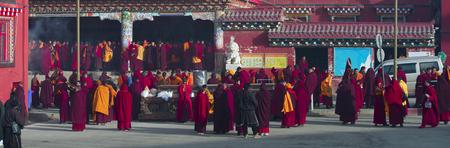 티베트 불교 승려들이 쓰촨 불교 대학에서 토론 중이다.