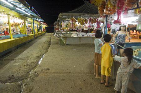 Muar, Johor, 5 ao�t 2010 - les enfants regarder le d�crochage de jeu � la f�te foraine local �ditoriale