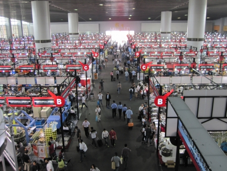 exhibition crowd: Guangzhou, Cina - 19 ottobre 2010 - China Import ed Export Fair 2010 - la vista di ariel della sezione macchine Editoriali