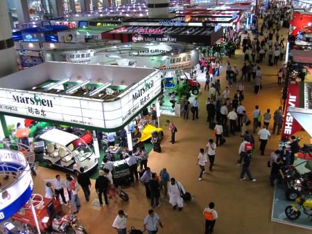 exhibition crowd: Guangzhou, Cina - 18 ottobre 2010: China Import ed Export Fair 2010, moto e bici sezione