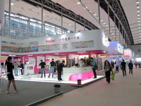 exhibition crowd: Guangzhou, Cina - 18 ottobre 2010: China import ed Export Fair 2010, la sezione di elettrodomestici