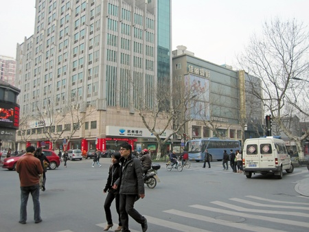 Hangzhou (Chine), mars 13, 2011-One de la rue principale de la ville de Hangzhou au d�but du printemps