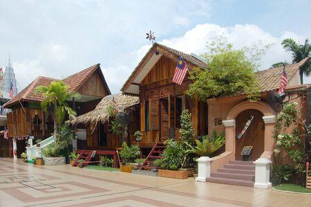 malay village: Kuala Lumpur, Malasia, 31 de agosto de 2011 - La tradicional casa de madera malay ser la exhibici�n en Kuala Lumpur torre