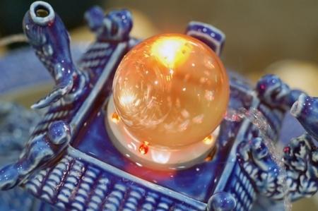 il s'agit d'une boule de cristal de roulement au-dessus de l'eau qui symbolise la chance et bonne Feng Shui