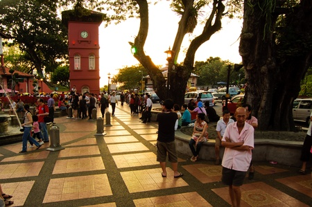 Melacca, la Malaisie, F�vrier 13, 2012 - la foule sur la place du n�erlandais avec Tour de l'Horloge Rouge