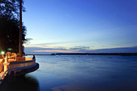 Johor, en Malaisie, Avril 2, 2012 - le coucher du soleil � Tanjung Emas rivi�re Muar
