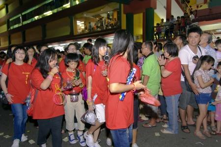 Johor, Malaisie - 6 Novembre 2012 - les d�votes de donner des bonbons lors de la c�l�bration du Festival Neuf Empereur-Dieu �ditoriale