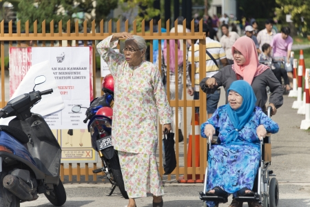 encuestando: Johor, Malaysia - 5 de mayo de 2013 - el ciudadano malasia ir a centro de votaci�n en las elecciones generales de 13 en Malasia para votar Editorial