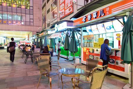 Chine, Guangdong, Zhongshan, le 20 D�cembre, 2013 - Les �tals de rue en plein air pendant la nuit
