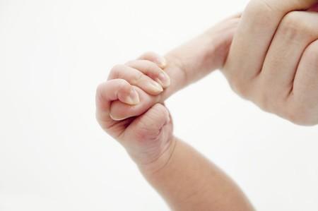 Ein Baby Hand halten ihre Mutter finger Standard-Bild - 7910016