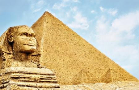 sfinx: Sphinx en de piramides  Stockfoto