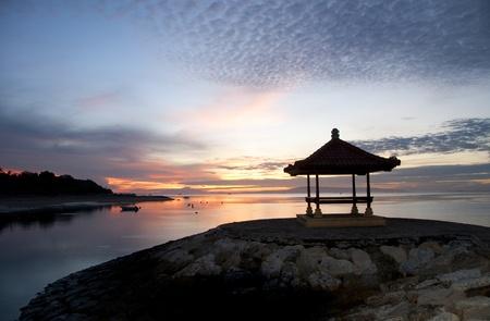 Sonnenaufgangs-Wanderung auf Sanur Beach, Bali Standard-Bild - 9604171