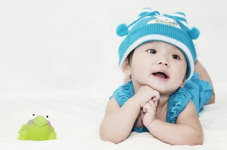 Kleines Mädchen und ein Frosch Spielzeug Standard-Bild - 11806008