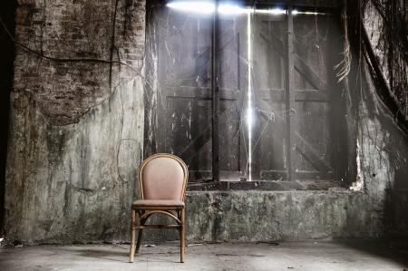 silla de madera: De la silla vac�a y el rayo de luz