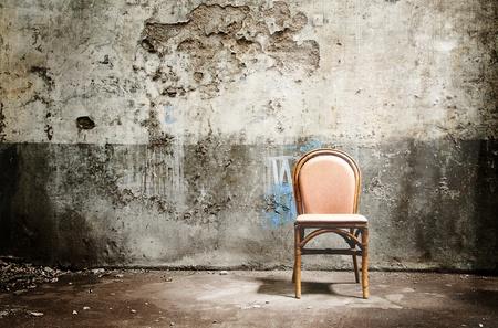 Leerer Stuhl und Lichtstrahl Standard-Bild - 13521812
