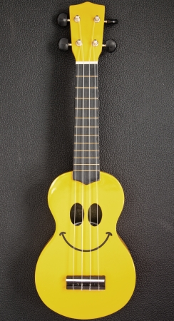Smiley ukulele Standard-Bild - 16689534