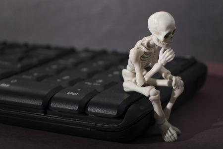 pensador: Skeleton - pose de pensador Foto de archivo