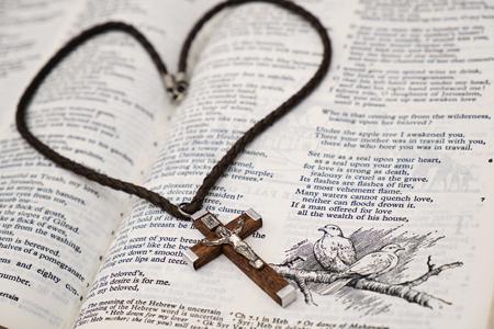 kruzifix: Kruzifix aus Holz Anh�nger und Bibel