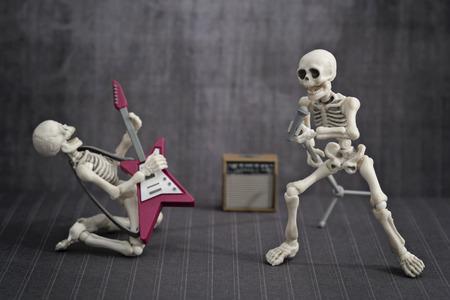 Zwei Skelette spielen Rockmusik Standard-Bild - 59200387
