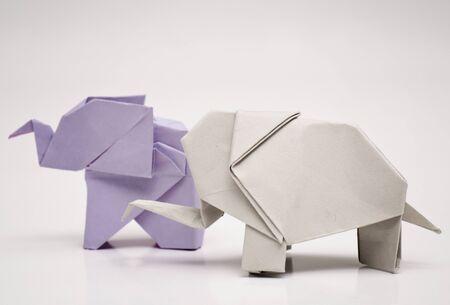 reciclaje de papel: elefantes origami Foto de archivo