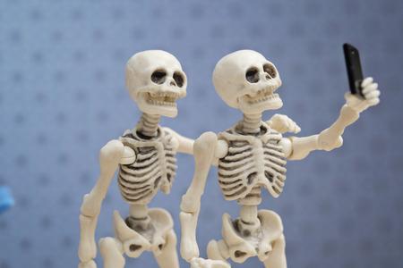 ejecutivo en oficina: Selfie, Skeletons self portrait with his work colleague