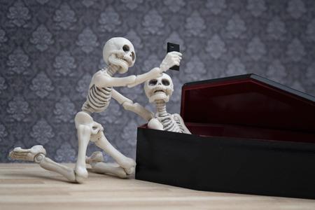 Selfie, Skelett Selbstporträt mit seinem toten Freund in den Sarg Standard-Bild - 61928626