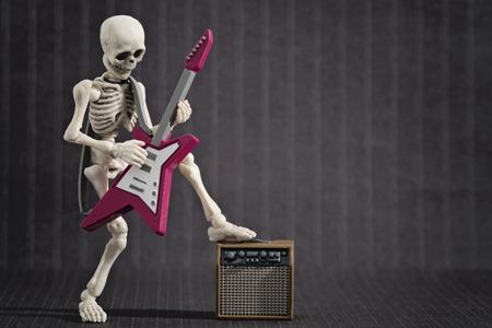 Ein Skelett Solo mit seiner E-Gitarre Standard-Bild - 60431945