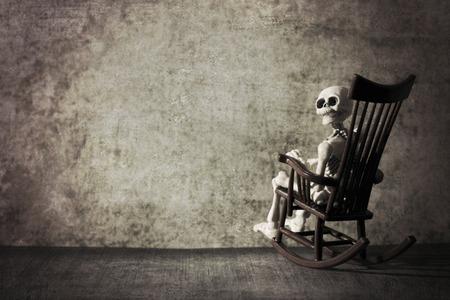 Skelett und der Schaukelstuhl Standard-Bild - 60902301