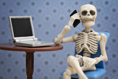 Skelett im Gespräch am Telefon Standard-Bild - 60902347