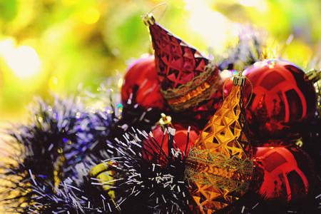 Weihnachtsschmuck und Weihnachtsbeleuchtung im Hintergrund Standard-Bild - 88972593
