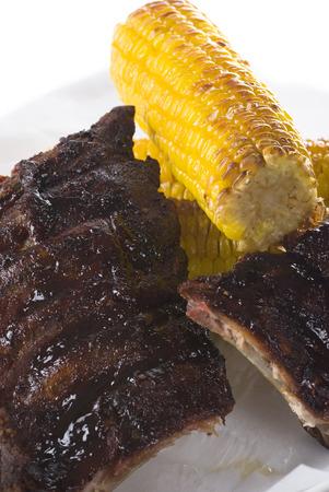 barbecue ribs: Ma�z en la mazorca con la sal del mar en las costillas barbacoa acristalamiento. Foto de archivo