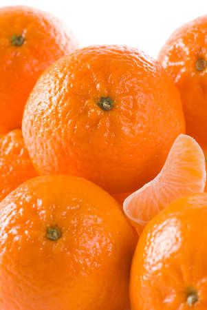 segmento: Mandarinas con segmento sobre fondo blanco.