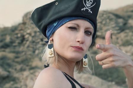 mujer pirata: Retrato de la chica pirata con el color de la vendimia gesto del arma tonificado Foto de archivo