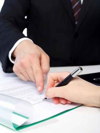 De klant is het ondertekenen van een document op Stockfoto