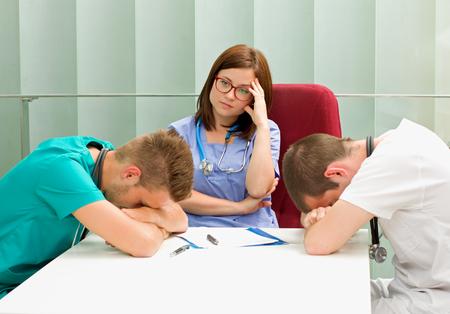 enfermera con paciente: Imagen de m�dicos frustrados que duermen en el hospital Foto de archivo