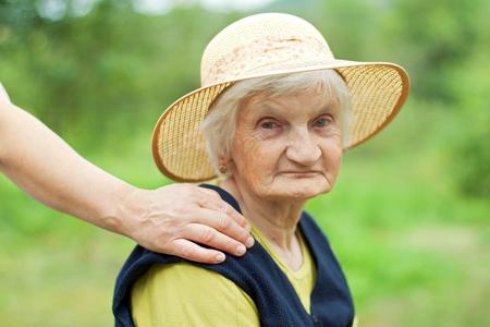 장애인 된 노인 여성 휠체어에 앉아 스톡 콘텐츠