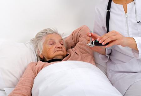가정에서 그녀의 간병인과 함께 할머니