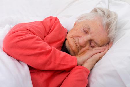 Portret van een mooie slapende bejaarde dame
