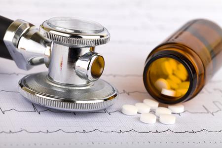 ataque al corazón: Imagen de un píldoras whitel cápsulas y estetoscopio Foto de archivo