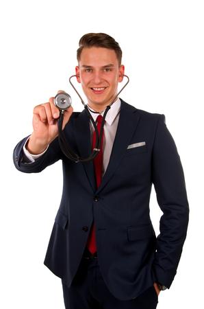 Beeld van een jonge arts die zich in de voorkant van een geïsoleerde achtergrond