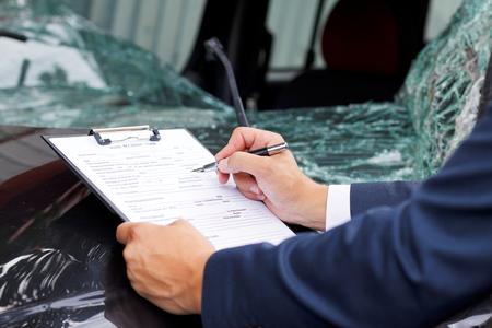 Goed gekleed verzekering assessor inspecteren beschadigde voertuig