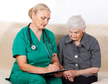 tercera edad: Imagen de una mujer mayor que habla con su cuidador